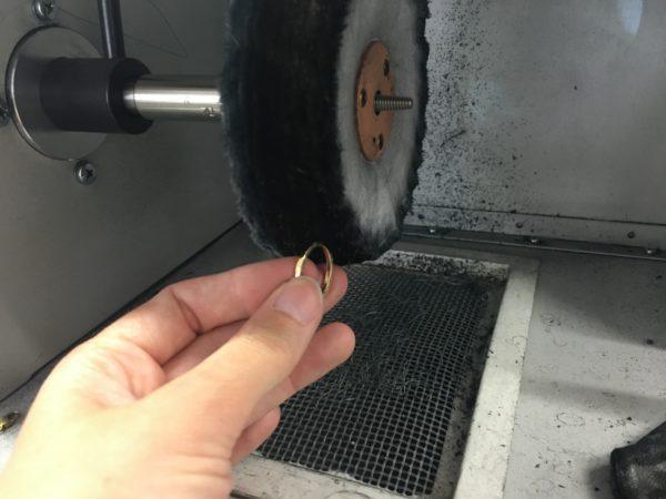 polieren eines ringes an der polierscheibe werkstatt