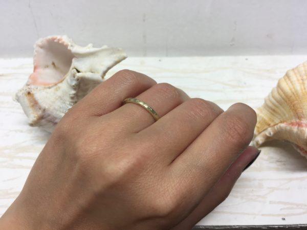 goldener verlobungsring mit struktur