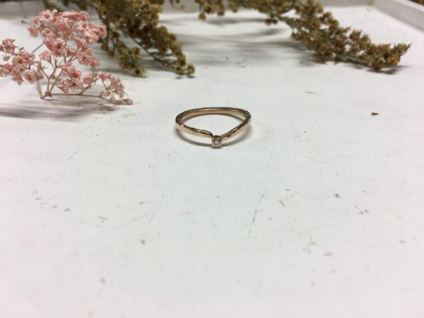 Rotgoldverlobungsring mit weißem Stein