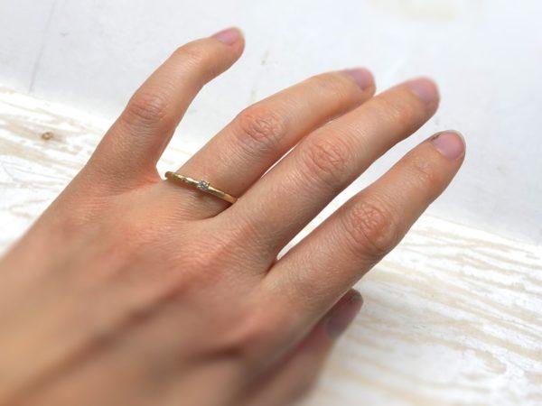 Diamantring aus Gold mit Hammerschlag, Modell Jovana, getragen an einer Hand.