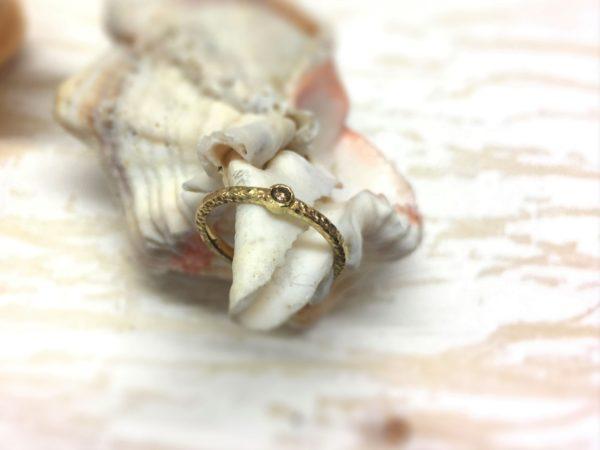 Rustikaler und handgefertigter Verlobungsring mit braunem Diamanten