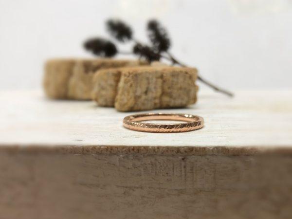 Rotgoldener Verlobungsring mit Linien namens Carnea