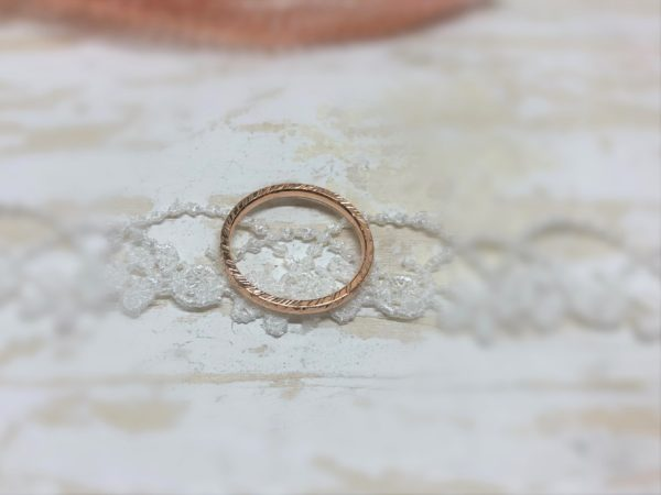 Gekerbter Verlobungsring aus Rotgold namens Picipa