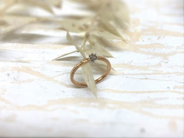 Rosegoldverlobungsring mit braunem Stein namens Purpurena.