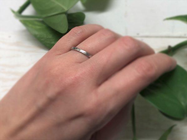 Schlichter und schmaler Verlobungsring mit Astmaserung, Modell Calyp