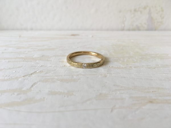 Baumrindenartiger Verlobungsring mit Stein