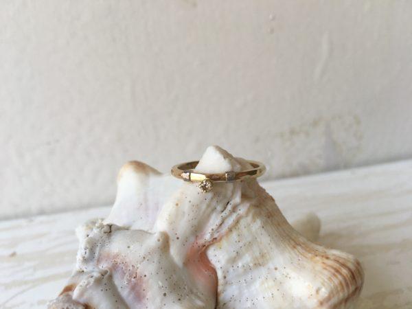 gehämmerter verlobungsring mit stein zweifarbig