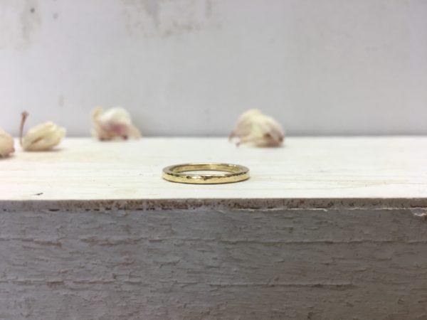 hammerschlag verlobungsring in gold glänzend