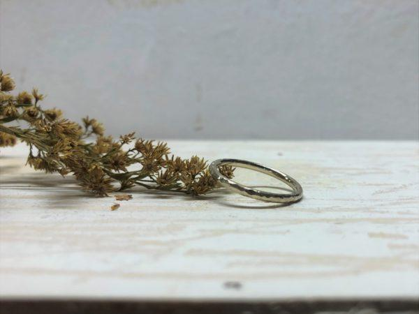 feiner dünner Weißgoldverlobungsring namens Costatia