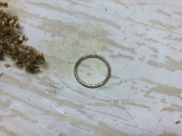 geschmiedeter Verlobungsring aus Weißgold oder Platin namens Costatia