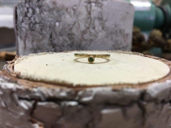 gehämmerter Verlobungsring mit grünem Stein namens Jupero
