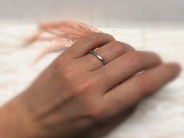 Gehämmerter und schlichter Verlobungsring an der Hand, Modell Galathea