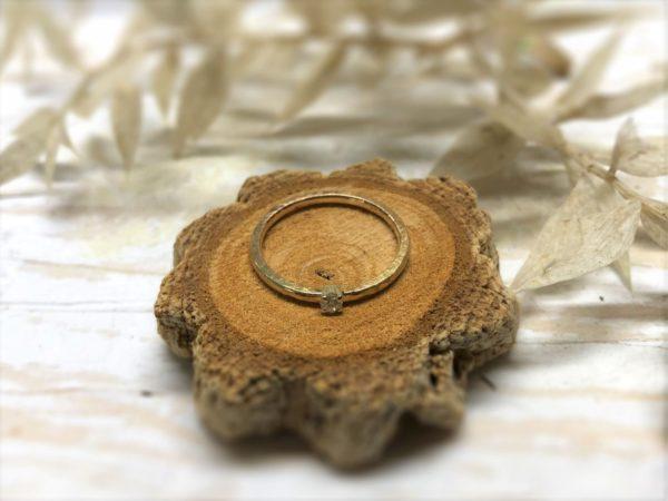 Verlobungsring Jovana mit Hammerschlag, dekoriert auf Baumscheibe.
