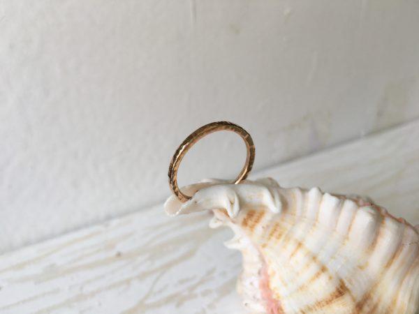 rotgold ring mit hammerschlag natürliche struktur