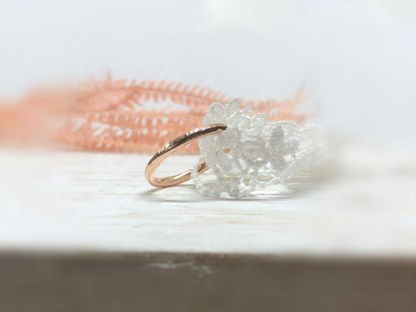 Gehämmerter und gekerbter Verlobungsring aus Rotgold, Modell Picipa