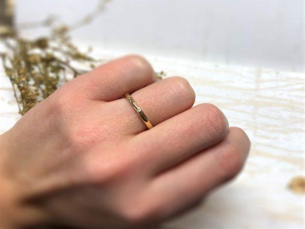 Glänzender Verlobungsring mit Herz an der Hand, Modell Amorinea.