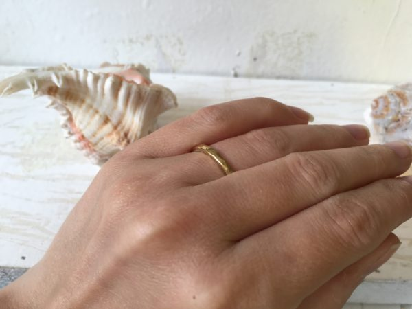 goldring mit hammerschlag megara an der hand
