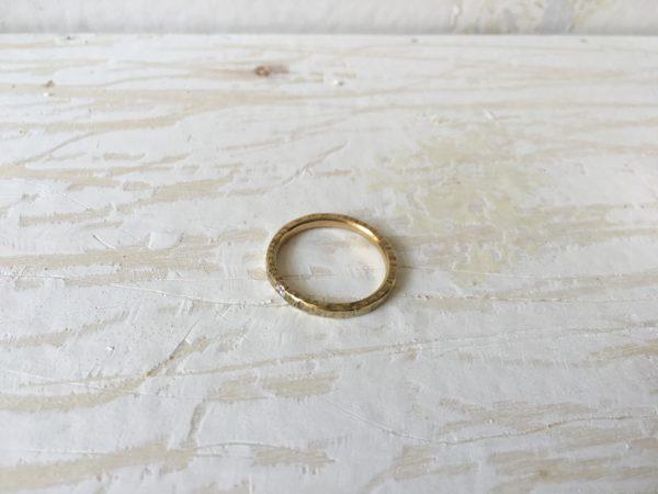 Hammerschlagring aus Gold zur Verlobung, Modell Artemisia
