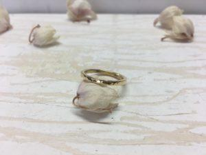 polierter ring mit facetten in gold