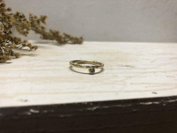 matter rustikaler Verlobungsring Beris mit Stein in glatter Fassung