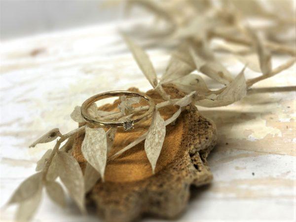 Geschmiedeter Verlobungsring Jovana, dekoriert auf Holz.