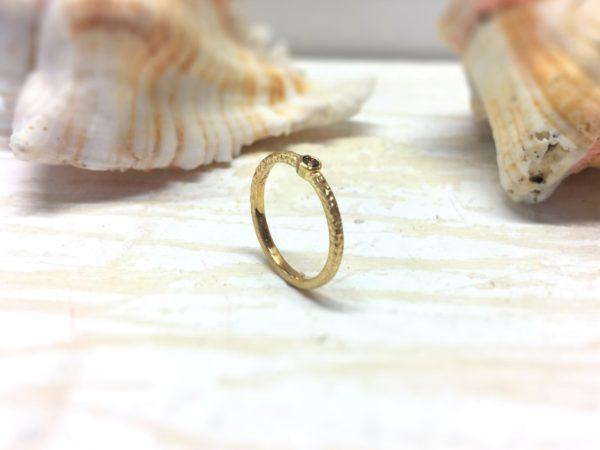 Handgemachter Verlobungsring mit Stein aus Gold
