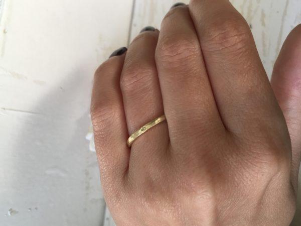 herzring an der hand gold