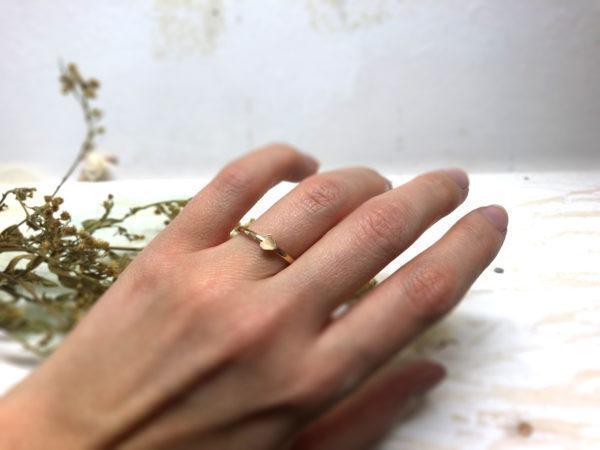Herzverlobungsring Cupidea II. an einer Damenhand.