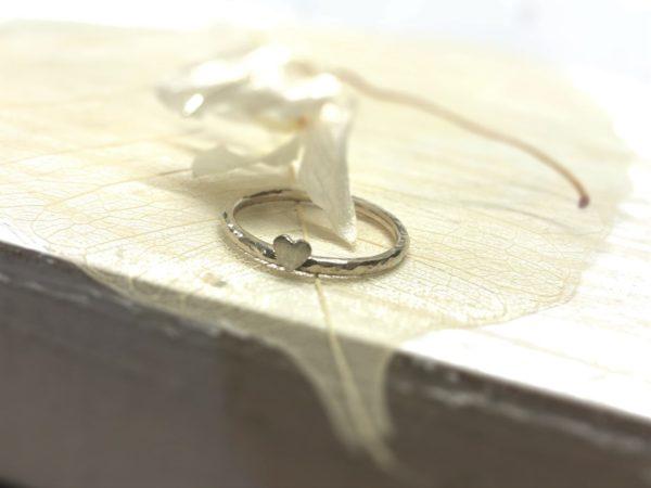 Herzverlobungsring mit Hammerschlag aus Weissgold.