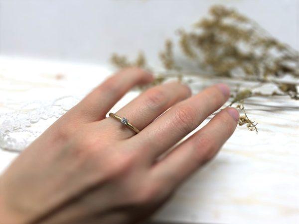Zweifarbiger Verlobungsring mit weißem Stein in 4 Krallen.