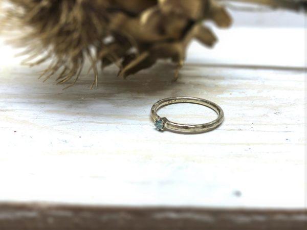 Verlobungsring mit blauem Stein in Chatonfassung, Modell Marenia.