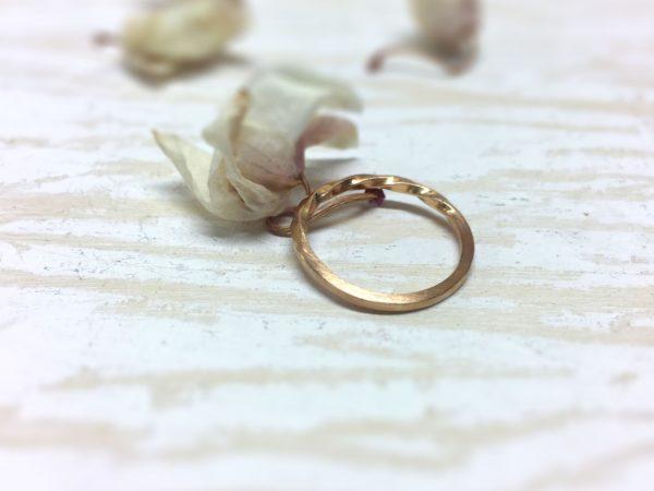 Gekordelter Rotgoldring für die Verlobung
