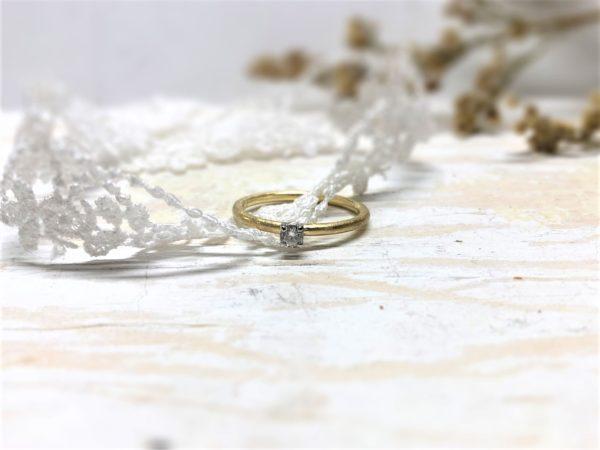 Klassischer Verlobungsring mit mattem Ringband und weißem Stein.