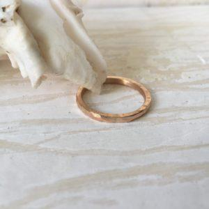 geschmiedeter grober verlobungsring schlicht rotgold