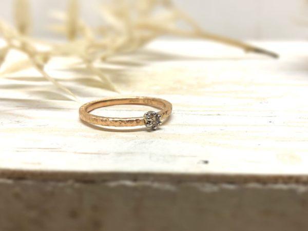 Verlobungsring aus Rotgold mit weisser Fassung und Diamant.
