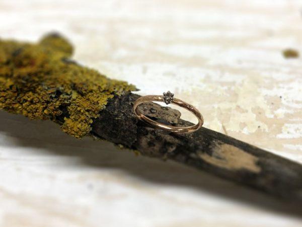 Verlobungsring aus Rotgold mit Stein in Krallenfassung namens Egaia.