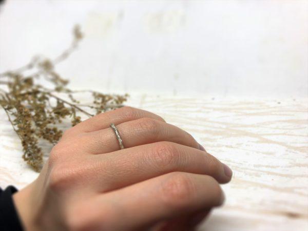Schlichter Verlobungsring mit baumartiger Struktur