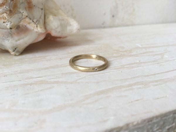 schlichter verlobungring mit weißem stein ehering