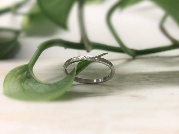 gemusterter Verlobungsring, holzartig, aus Weissgold