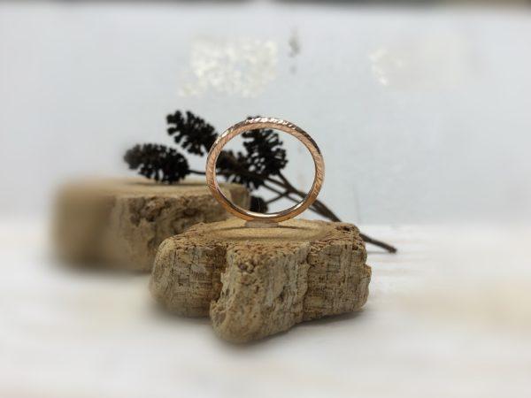 Schmaler Rotgoldverlobungsring mit Kerben