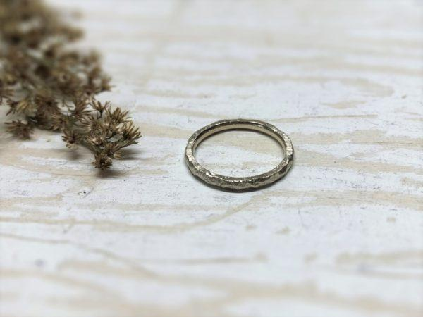 Schmaler Verlobungsring mit Struktur
