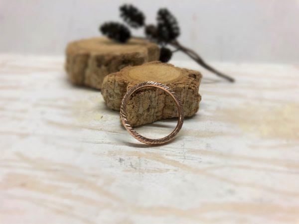 Geschmiedeter Ring mit feinen Linien aus Rotgold