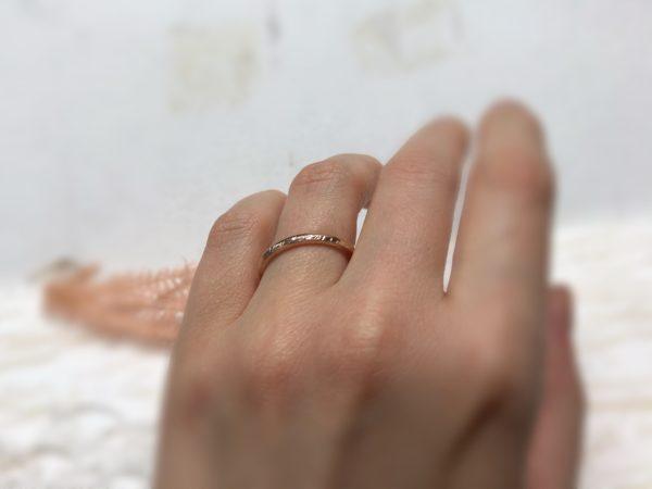 Schmaler Rotgoldring am Ringfinger, Modell Picipa