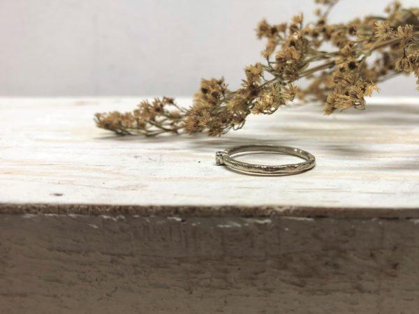 Seitenansicht des weißen Verlobungsringmodells Lyride.