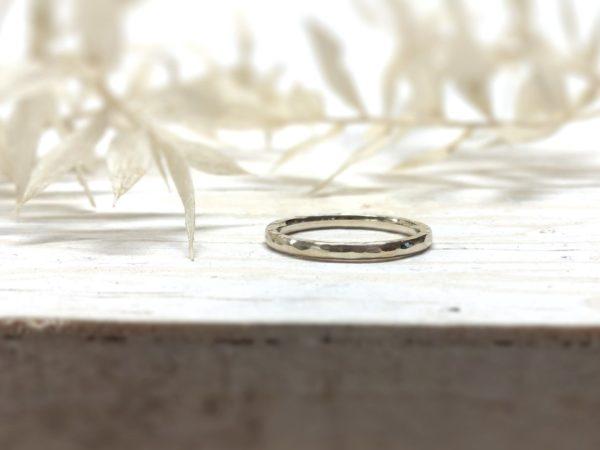 Schmaler, weißer Verlobungsring mit Hammerschlag, Modell Selis 2