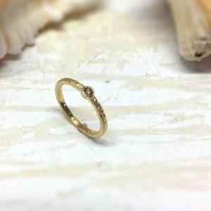 Handgemachter Verlobungsring mit Struktur und braunem Diamanten