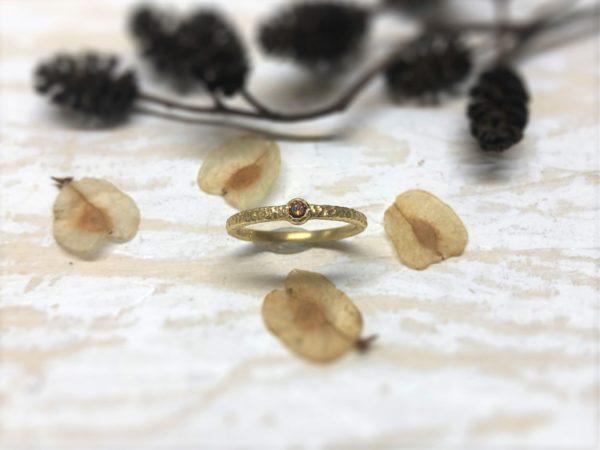 Geschmiedeter Verlobungsring mit rotem Stein