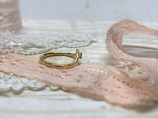 Das Verlobungsringmodell Rhini aus Rosegold in der Seitenansicht.