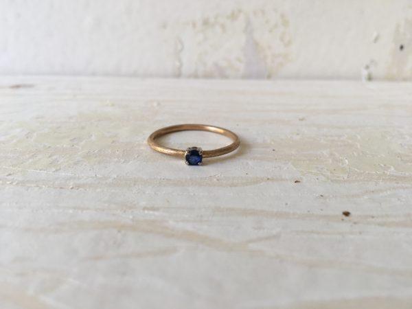 verlobungsring mit blauem stein