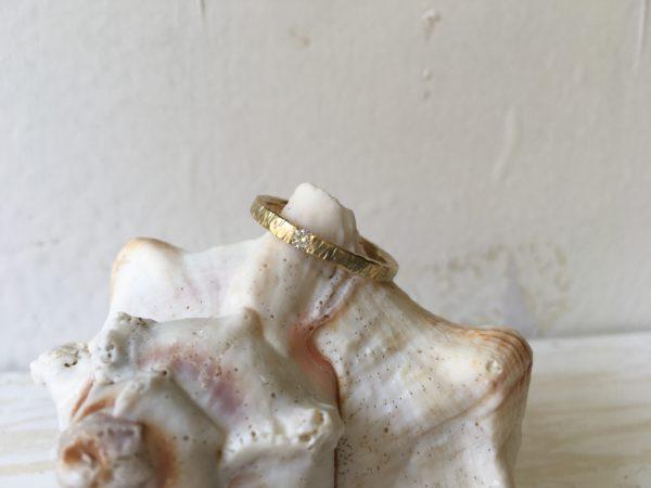 Verlobungsring mit Baumrindenoptik und Kerben, Modell Artemisia.